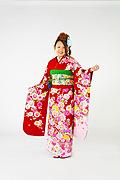 1556 赤系 ラメ入り八重桜と毬柄 tt-b振袖美術館前面写真